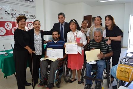 Entregan certificados de estudios a adultos con discapacidad