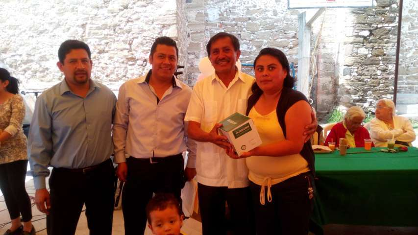 Con rifas, regalos y música, celebraron a las madres en Acxotla del Río