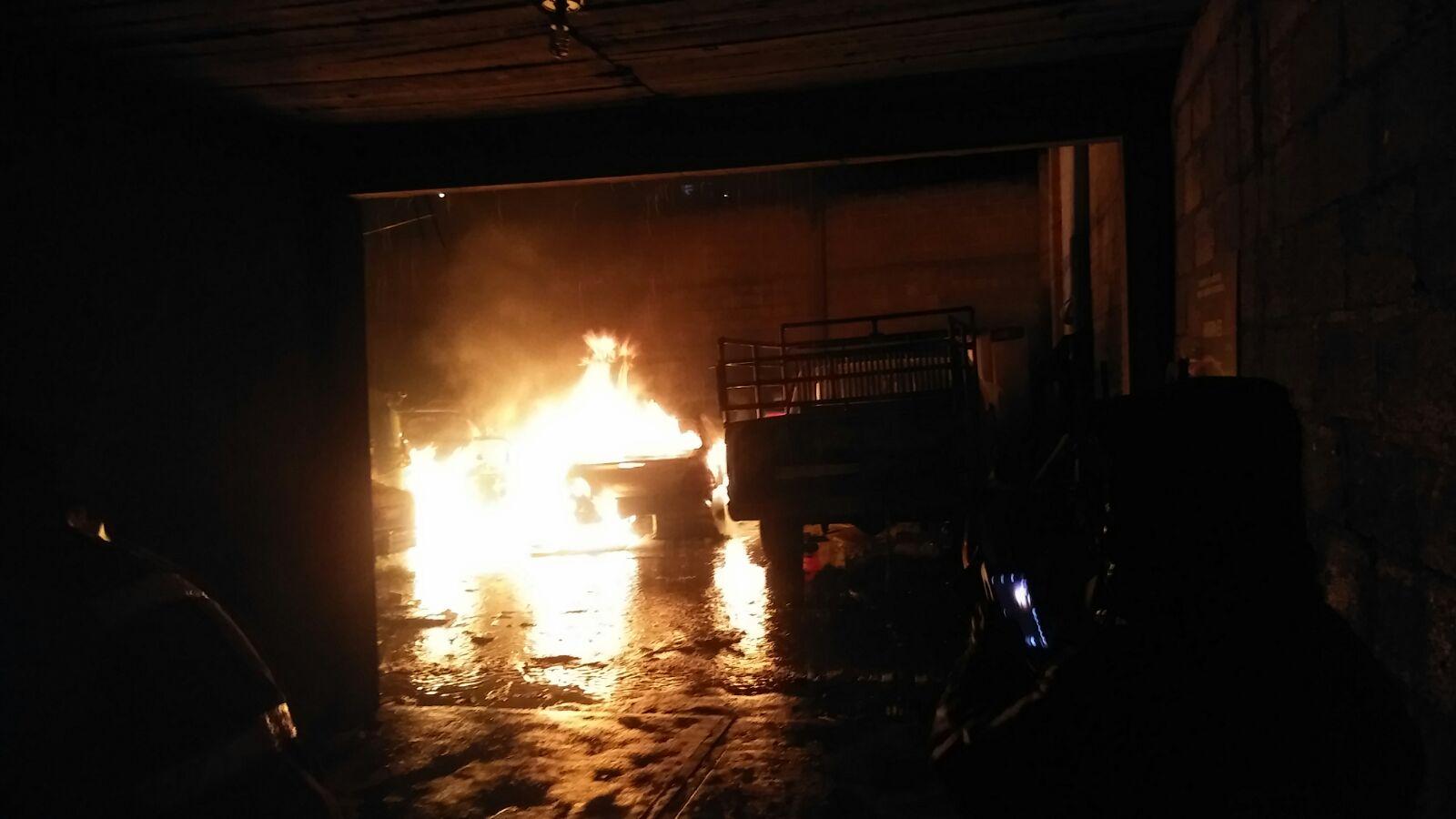 Policía Municipal y PC Ixtacuixtla sofocan incendio en un taller