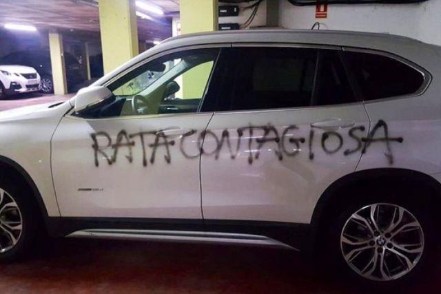 Vecinos pintan auto de doctora llamándola rata contagiosa en España