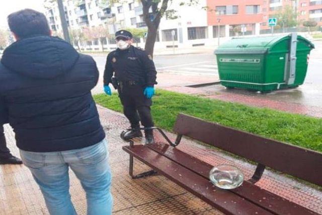 Un policía de España sanciona a ciudadano por romper la cuarentena y pasear a sus peces