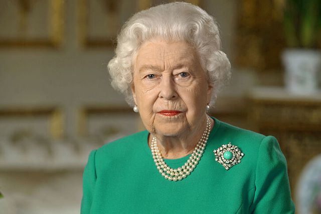 Toma histórica hace que la Reina Isabel se retire del trono durante su confinamiento