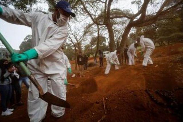 Así viven los sepulteros en Brasil durante la pandemia
