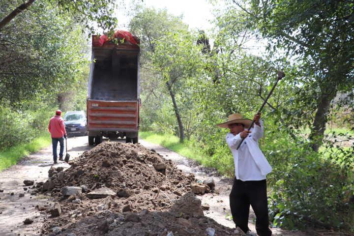 Coordinan acciones en Xicohtzinco para la rehabilitación de casi 1 km de camino saca cosechas