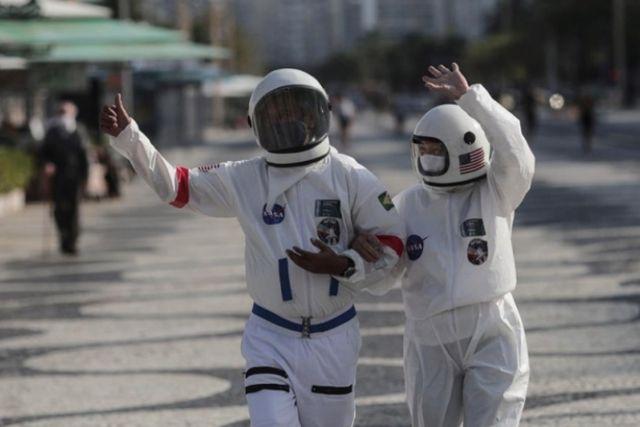 Una pareja de ancianos pasean por Rio de Janeiro vistiendo como astronautas