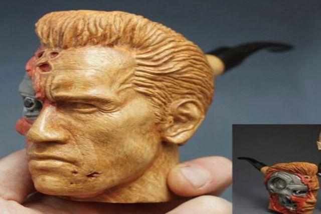 El actor Schwarzenegger recibe de su  fan una pipa tallada con la cabeza de Terminator