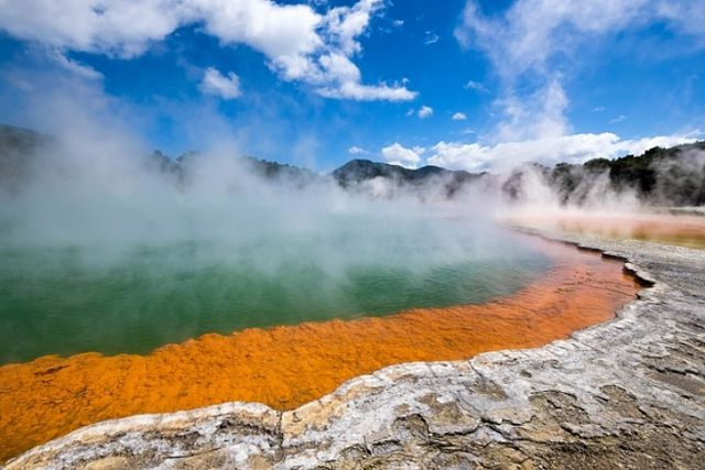 Hombres intentan freir pollos en aguas termales de Yellowstone