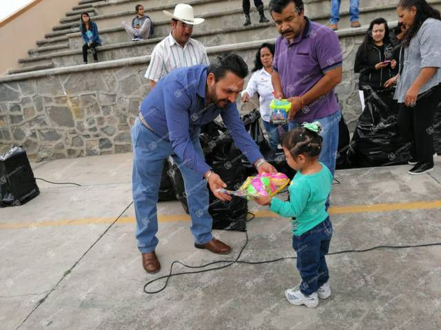 Alcalde lleva felicidad a los niños y niñas a sus comunidades en su día
