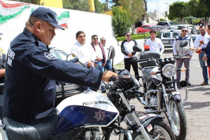 Alcalde fortalece la seguridad con una patrulla 2 motos y 34 uniformes