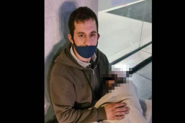 Se vuelve viral un hombre al pedir empleo en la calle con su bebé en brazos
