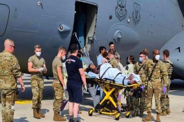 Avión de evacuación de EU aterriza al tener una mujer afgana dando a luz durante vuelo