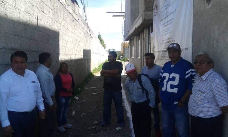 Alcalde acerca red agua potable a más privadas del barrio de Tecpa Pluma