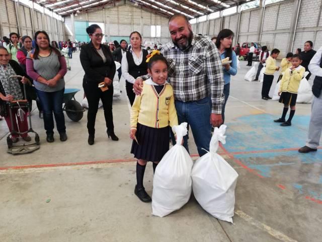 Entrega Badillo Jaramillo, medio millón de pesos en estímulos a la educación y despensas