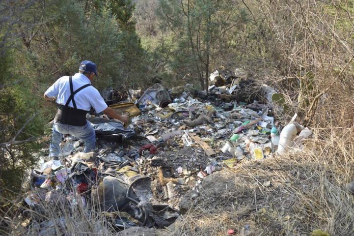 Alcalde limpia la barranca Atlatenco que era un basurero clandestino