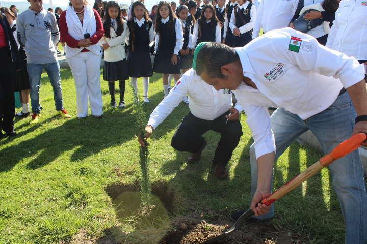 Alcalde se suma al cuidado del medio ambiente reforestando unidad deportiva