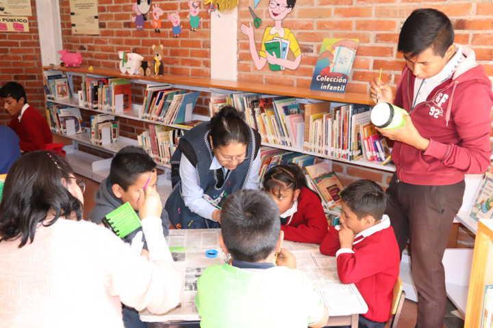 Disfrutan alumnos del CAM 16 su visita a la Biblioteca Municipal de Xicohtzinco