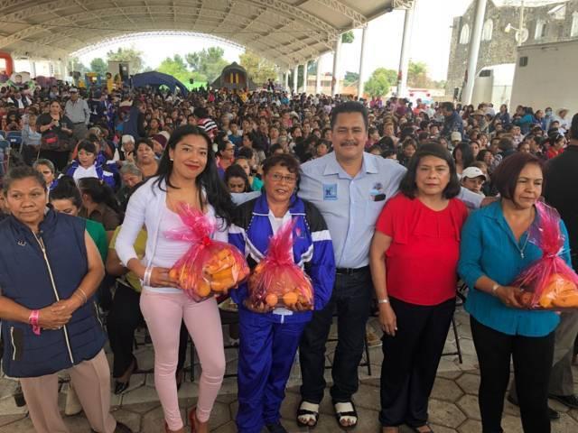 Ayuntamiento en una sana convivencia festejo a los niños y madres en su día