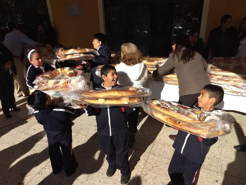 Con motivo de Día de Reyes alcalde obsequia 400 roscas a instituciones educativas