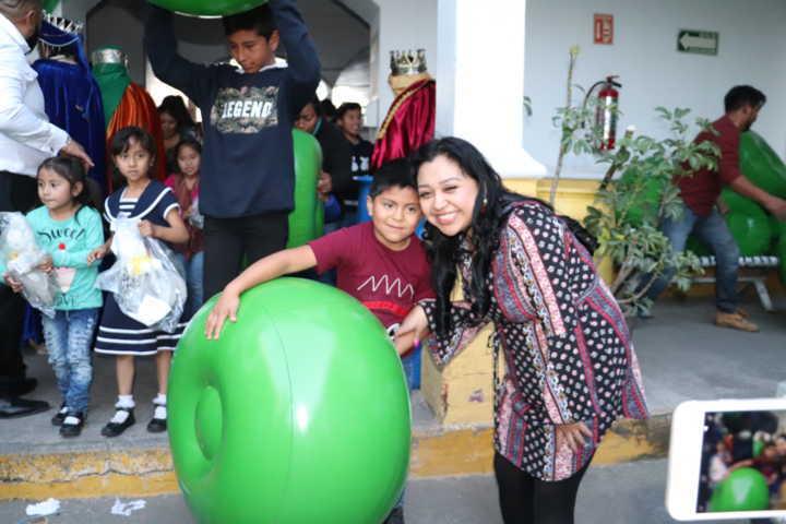 Reciben regalos niñas y niños de Xicohtzinco