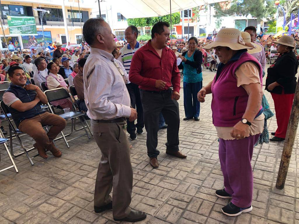 Alcalde apapacha a los abuelitos con música, regalos y aparatos funcionales