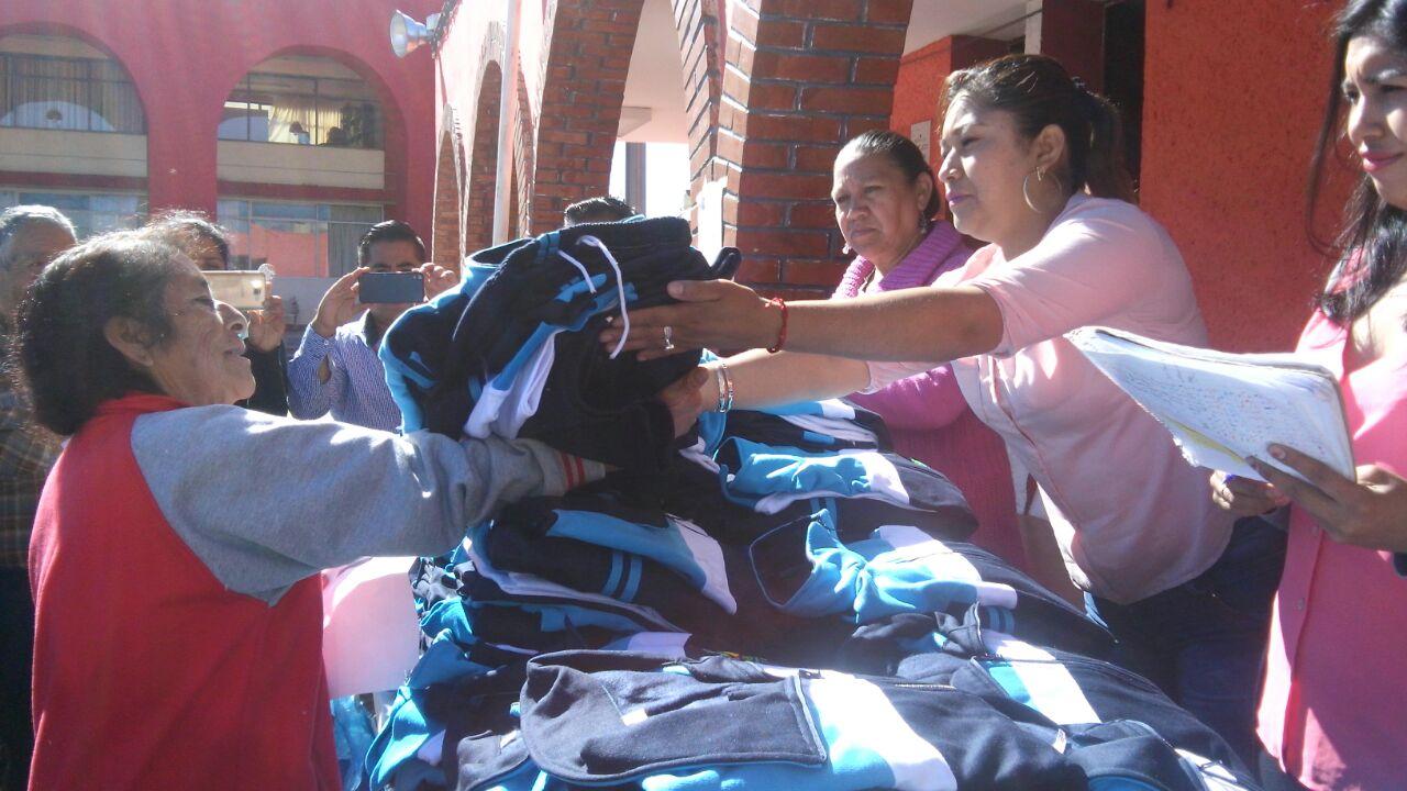 Ayuntamiento y SMDIF entrega uniformes deportivos a canitas blancas de Quilehtla