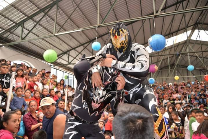Alcalde festeja a más de 500 niños con una función de lucha libre de la CMLL