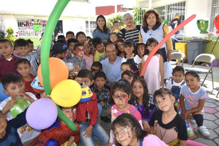 TOA lleva felicidad a las escuelas entregando juguetes para los niños