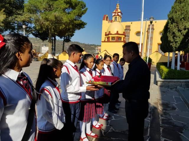 Ayuntamiento entrega Bandera Nacional a primaria Gabriela Mistral