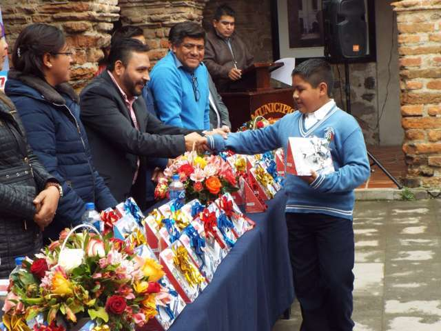 Alcalde de Hueyotlipan premia esfuerzo de alumnos sobresalientes