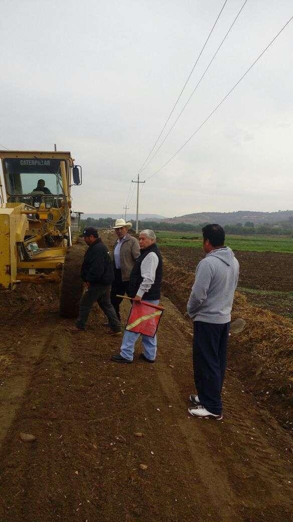 Alcalde rehabilita caminos saca cosechas ante la proximidad de las lluvias