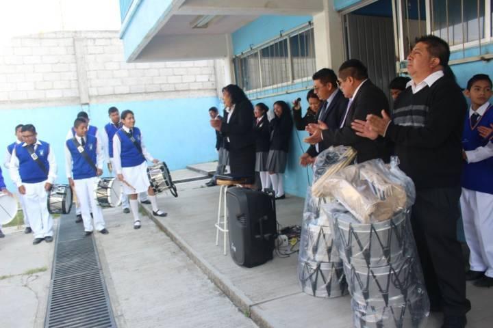 Ayuntamiento entrega diferentes implementos educativos a 2 escuelas del municipio