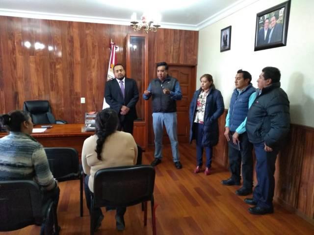 Alcalde entrega vales de material para 2 obras en el barrio de Matlacahuacan