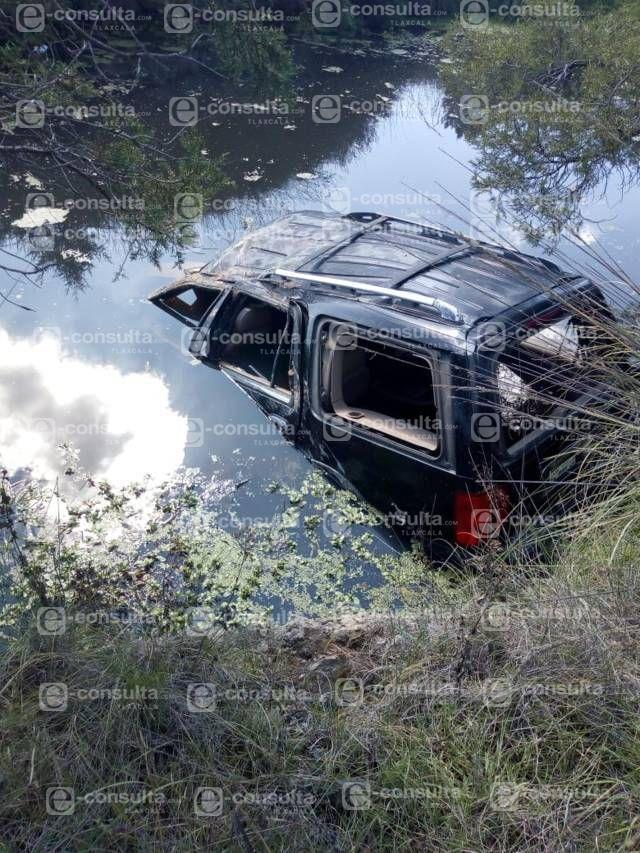 Policía municipal ubica camioneta de lujo en un jagüey en Ixtacuixtla