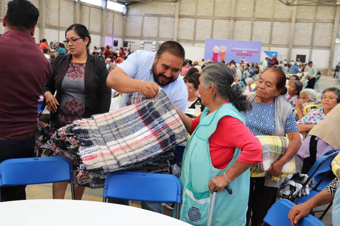 Celebra Xicohtzinco a más de 1,000 abuelitos en su día