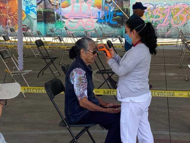Toman medidas sanitarias en entrega de apoyo a adultos mayores en Xicohtzinco