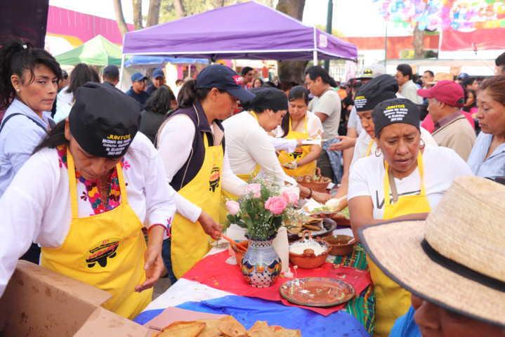 Presente Xicohtzinco con el tradicional molote en la Feria Tlaxcala
