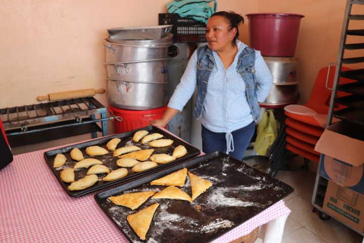 Continúa Profeco capacitación a pobladores de Xicohtzinco para la elaboración de alimentos