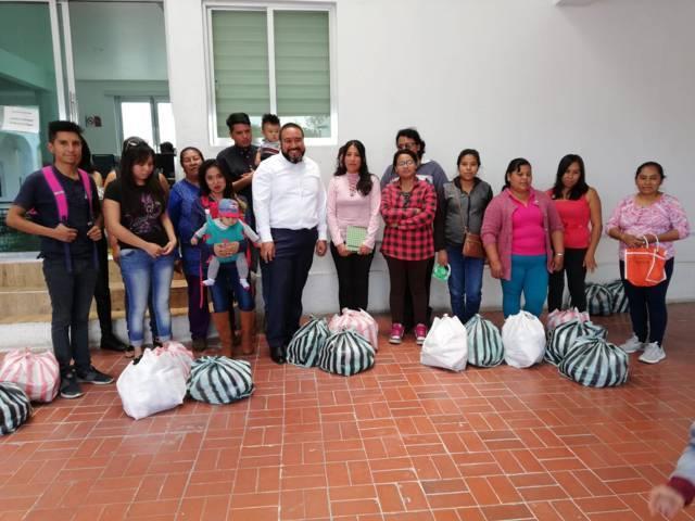 Entrega Badillo Jaramillo despensas a pobladores de Xicohtzinco