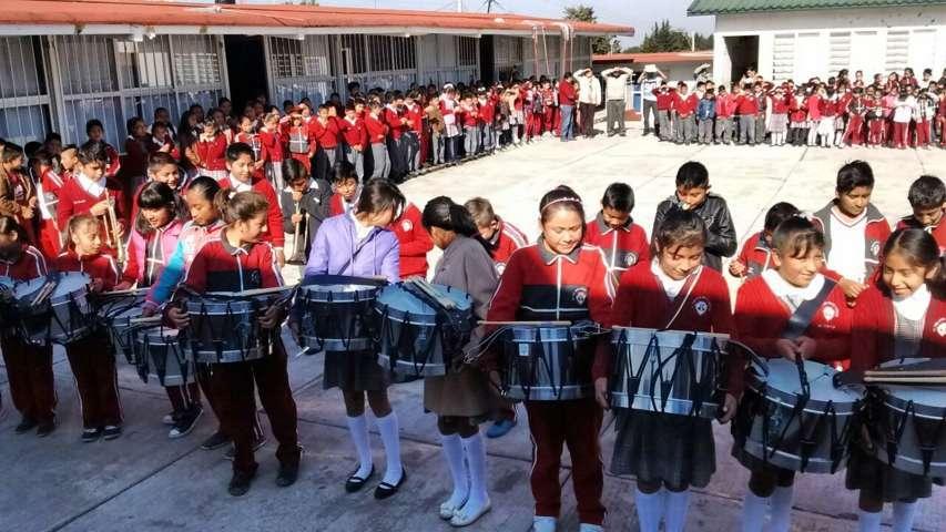 Alcalde equipa a escuela primaria con una banda de guerra