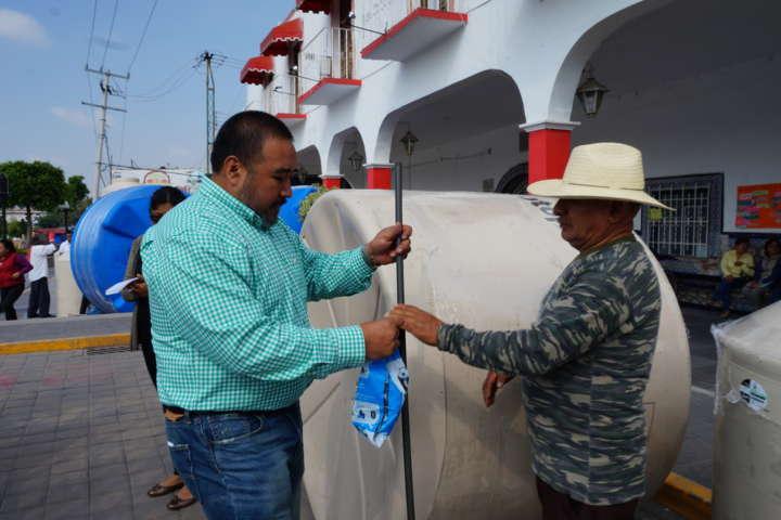 Alcalde apoya la economía familiar entregando tinacos y cisternas