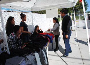 Obliga director del Cbtis 211 a alumnos a comprar uniformes