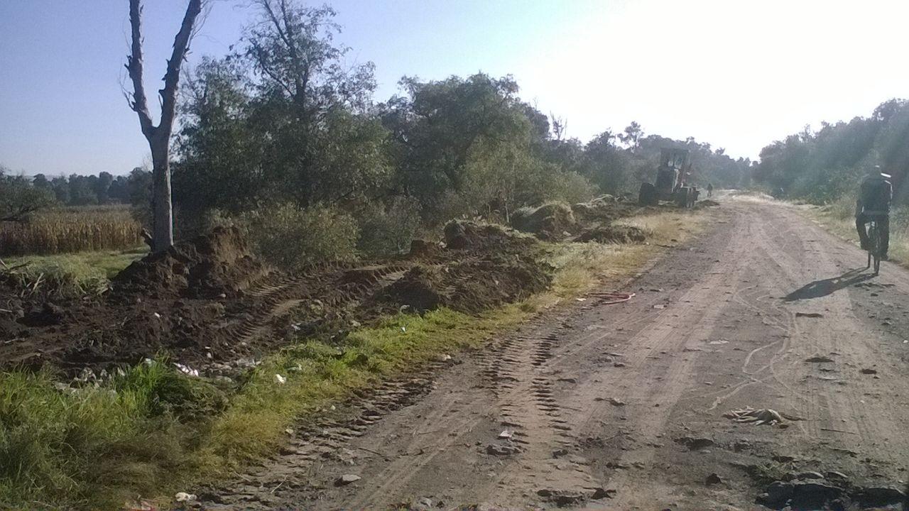 Alcalde apoya a campesinos de Ayecac rehabilitando camino saca cosechas