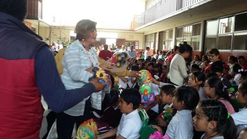 El SMDIF de Ixtacuixtla regalo sonrisas a los niños en sus comunidades