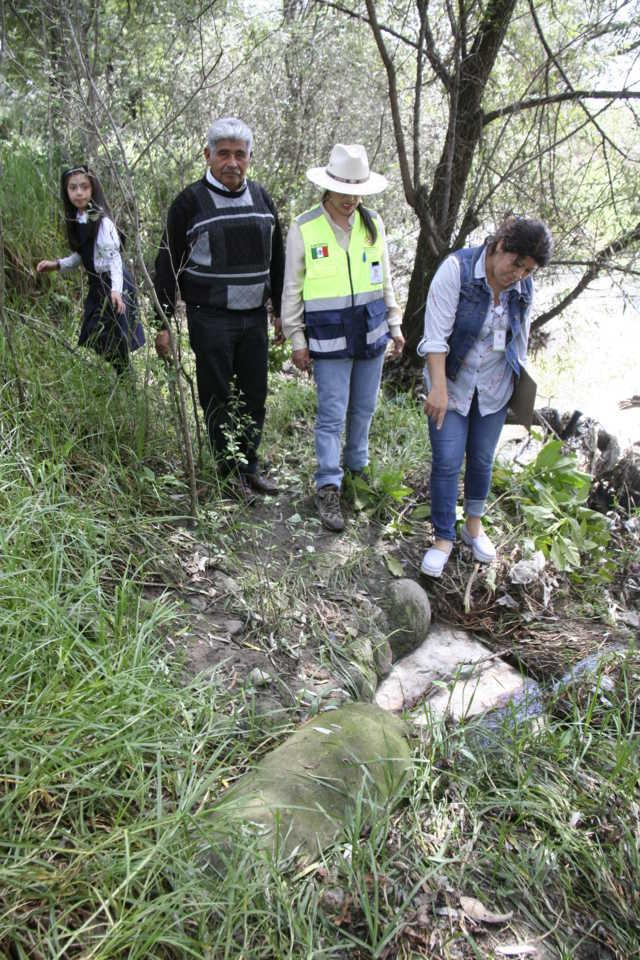 Funcionarios del municipio recorren drenajes para detectar puntos colapsados