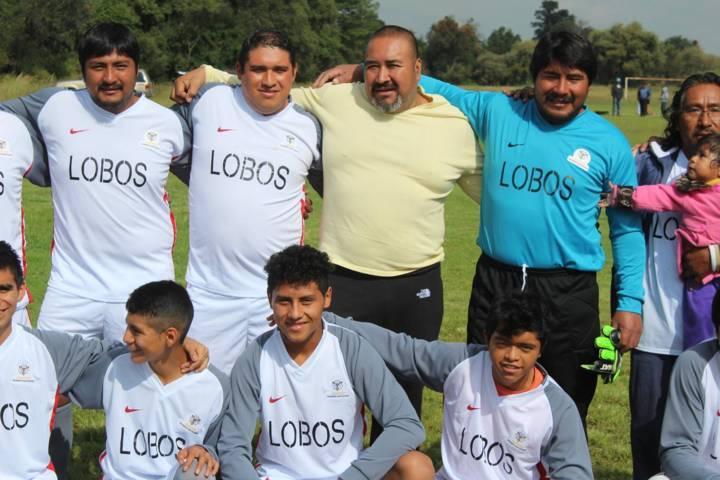 Alcalde incentiva a jóvenes a practicar un deporte con la entrega de uniformes