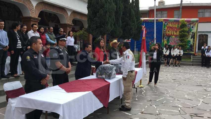 León Garfias refuerza la seguridad con 10 armas largas y uniformes a los policías