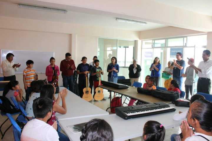 Alcalde impulsa la música en niños y jóvenes entregando instrumentos musicales