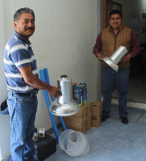 Recibe comunidad de Villa Alta material para reparar luminarias