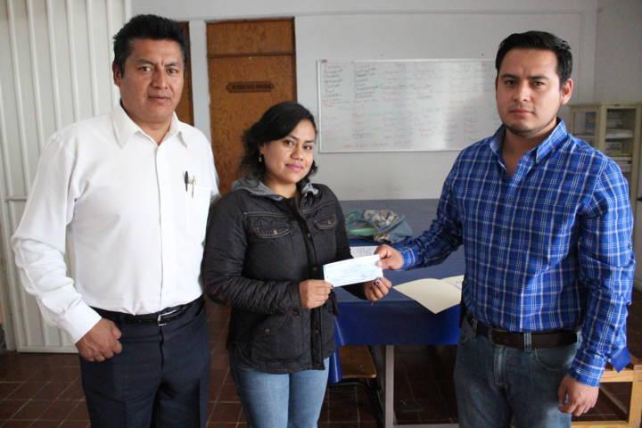 Entrega apoyo económico al CAM de San Pablo del Monte