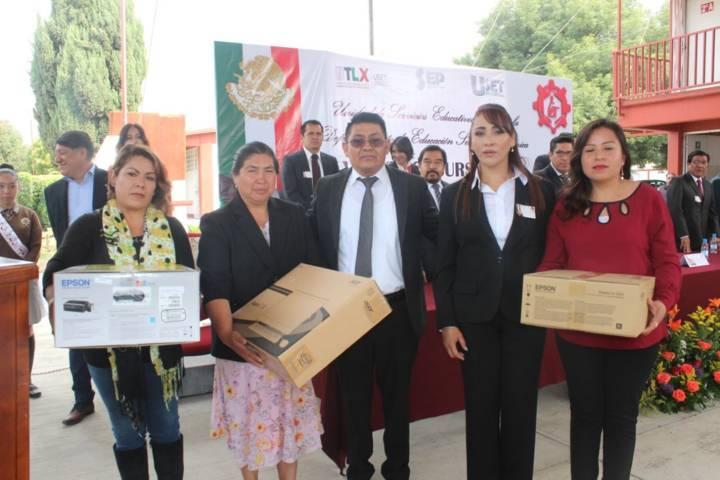 Alcalde entrega equipo de cómputo a secundaria Cuellar Abaroa